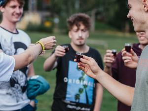 Seznamovací akce pro prváky vysokých škol lákají na adrenalin i alkohol