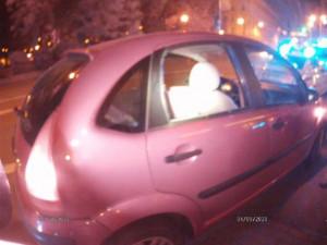 Muž vešel na Moraváku do cesty autu, mladému řidiči se pak pomstil rozbitím zadního okna pěstí