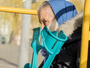 Ode dneška jsou znova povinné roušky, seniorům nad 60 let dodá ochranné pomůcky stát