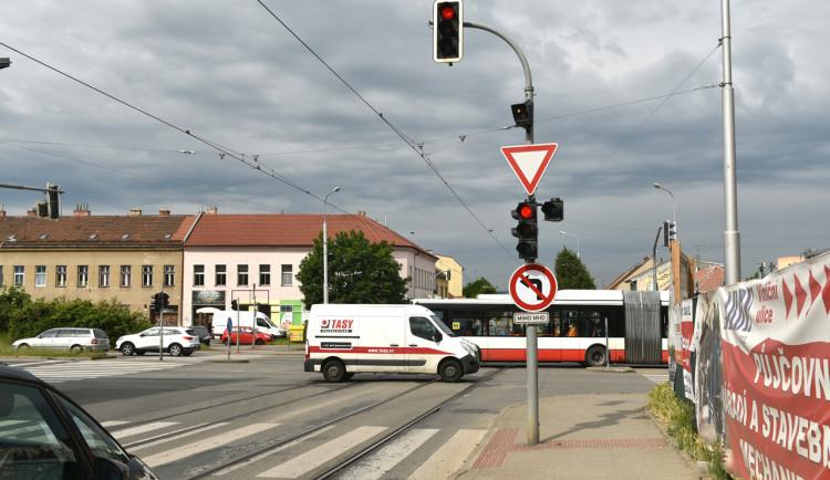 Dvaadvacet brněnských křižovatek čeká modernizace semaforů, budou upřednostňovat MHD