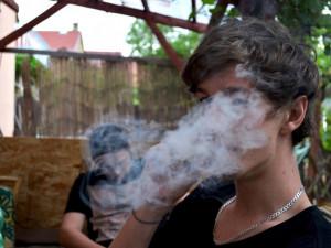 Strážníci polapili dva chlapce na útěku, kouřili nad ránem v Brně před základní školou marihuanu