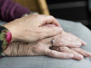Domácí péči bude potřebovat stále víc lidí, upozorňuje charita