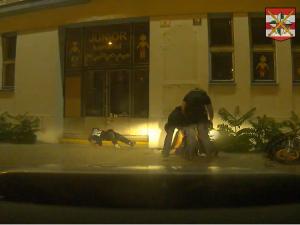 VIDEO: Zfetovaný motorkář se v Brně snažil ujet policistům. Naboural a zranil sebe i spolujezdce