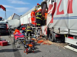 FOTO: Dálnici D1 ve směru na Prahu zablokovala hromadná nehoda. Hasiči vystříhávali oběti několik hodin
