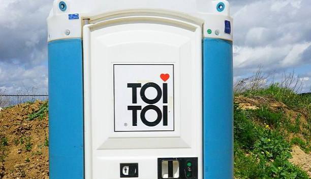 Z tunningového festivalu si zloděj odvezl mobilní latrínu