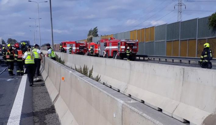Dálnici D1 zablokovala v obou směrech nehoda. Na místě zemřeli tři lidé, včetně dítěte