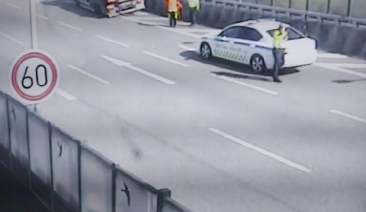 Kvůli poškozenému náklaďáku uzavřeli strážníci pruh v tunelu, řidiči nerespektovali značení