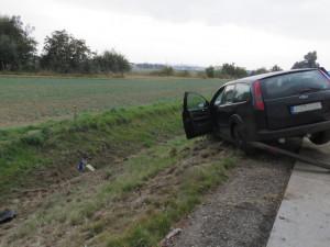 FOTO: Zfetovaný řidič vjel na D2 do protisměru. Naboural a snažil se utéct do pole