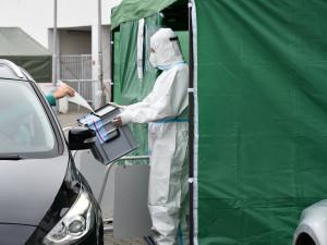 Zhruba čtyři sta lidí v karanténě dnes na jižní Moravě volilo z auta. Druhý termín bude za týden
