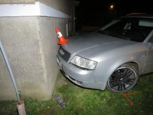 Noční řidič naboural do domu, v jeho zdi nechal zaparkovanou a nastartovanou Audinu