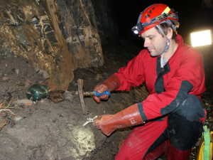 Experti z Mendelovy univerzity zkoumají plastový odpad v krasových jeskyních. Plastu v krasu stále přibývá