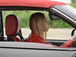 Osmnáctiletá řidička na D2 zjistila, že jede špatným směrem a chtěla se na dálnici otočit. Zabránil jí v tom řidič kamionu