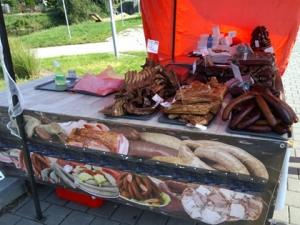 Inspektoři zasahovali na trzích v Bystrci. Tlačenky a jitrnice tam trhovec prodával na přímém slunci