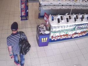 Policie pátrá po muži, který z obchodu odnesl elektroniku za deset tisíc