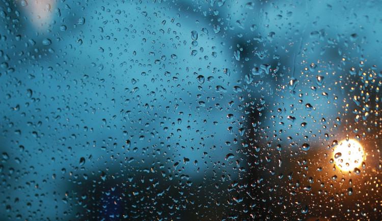 POČASÍ NA STŘEDU: Zataženo a silný déšť