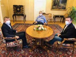 Vládním zákazům navzdory. Zeman si v době tvrdých opatření prosadil předávání státních vyznamenání 28. října