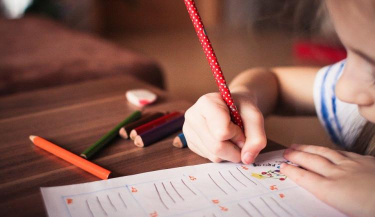 Bez pomoci není online výuka malých dětí možná, říkají učitelé. Rodiče tak doma jedou na plné obrátky