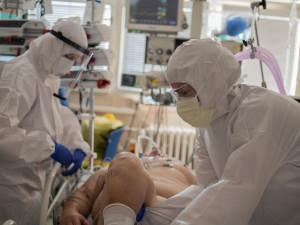 Nejoptimističtější scénáře mluví o naplnění kapacit nemocnic na konci října. Zařízení odkládají operace