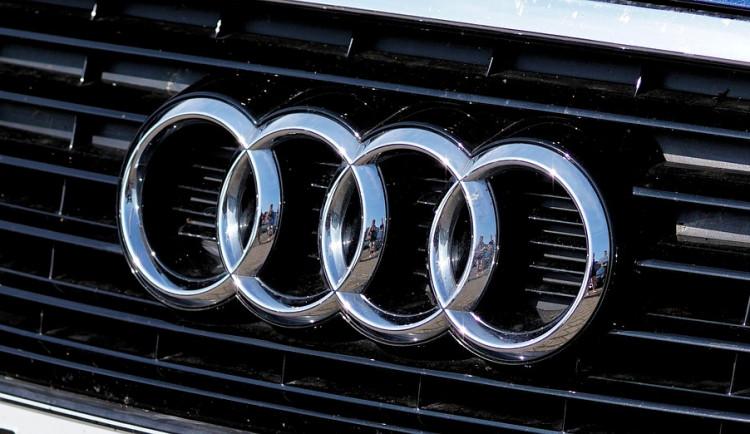 Řidička nabourala Audi a nechala ho v lese. Do rána někdo ukradl kola a vymontoval část motoru