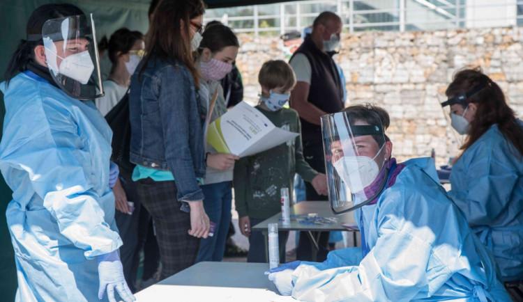 Znojemské nemocnici dochází personál, k dobrovolníkům se přidávají medici i učitelé zdravotnické školy