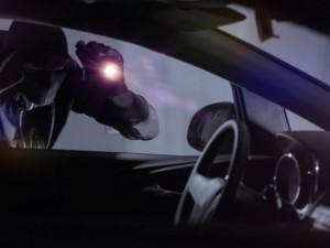 Zloděj vykradl auto, odnesl si lup za dvacet tisíc a ještě zničil okno, zámky i pneumatiku
