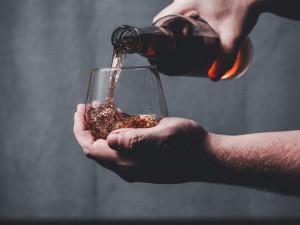 Zloděj si odnesl kořist za 400 tisíc, na oslavu majiteli sebral i láhev whisky