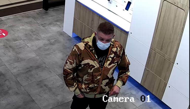 VIDEO: Útočník vylákal muže na schůzku do Olympie. Tam ho zmlátil a vydíral