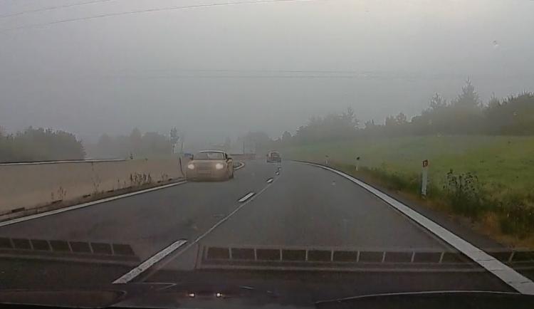 VIDEO: Za mlhy jelo na D1 v protisměru sportovní Audi. Policisté pátrají po řidiči