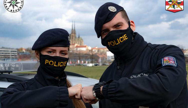 Policisté pomáhají hygienikům s trasováním nakažených koronavirem, vyzývají k nošení roušek
