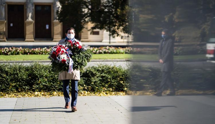 FOTO: Květiny u Masaryka a zářící vozovna. Brno si připomíná výročí založení republiky