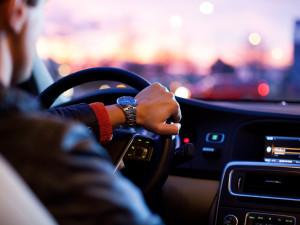 Opilý řidič si spletl silnici s autodromem, při velmi krátké a rychlé jízdě stihl narazit téměř do všeho v okolí