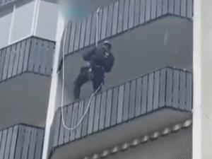 VIDEO: Zraněná žena v Brně tlučením do stupaček volala o pomoc, strážníci se k ní museli slaňovat