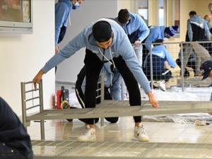 FOTO: Hokejisté Komety složili na výstavišti postele pro personál polní nemocnice. Na postele pro pacienty se ještě stále čeká