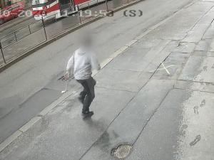 VIDEO: Zloděj ukradl v Brně auto dovážkové služby. Kurýr ho doběhl a za jízdy naskočil do auta