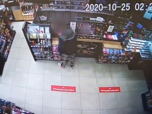 VIDEO: Zloděj měl smůlu, poznala ho prodavačka i policisté. Na služebnu ho přivedli do 15 minut