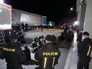 Celníci na D2 zadrželi turecký kamion vezoucí 48 uprchlíků ze Sýrie