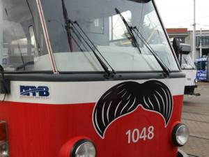 Brnem začnou jezdit autobusy i šaliny s kníry, dopravní podnik podpoří projekt Movember proti rakovině prostaty