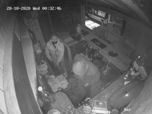 VIDEO: Dva muži vykradli zavřenou hospodu. Pátrají po nich policisté