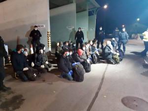 Policisté museli propustit turecké řidiče, kteří vezli v kamionu desítky migrantů