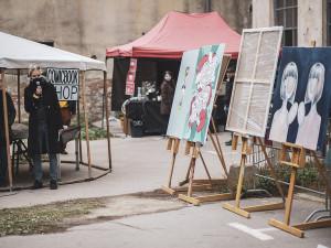 Brněnské kavárny vystavují v oknech obrazy z festivalu KOMA, aukce pomůže dětem ve vzdělávání