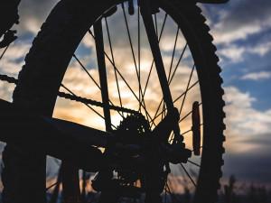 Krádeži nezabránil ani bytelný řetěz, drzému zloději se podařilo ukrást kolo za sto tisíc