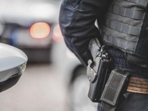 VIDEO: Agresivní muž v Brně sousedovi rozmlátil dveře činkou, na policisty zaútočil sklenicí
