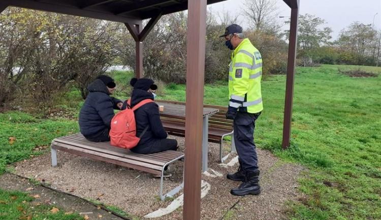 FOTO: Celníci zadrželi na jižní Moravě další dva uprchlíky. Seděli v altánu a pili kafe