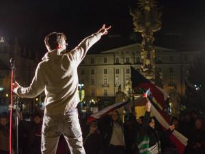 FOTO/VIDEO: Nejsme stádo, znělo sborově Zelňákem. Lidé demonstrovali za zrušení opatření proti koronaviru
