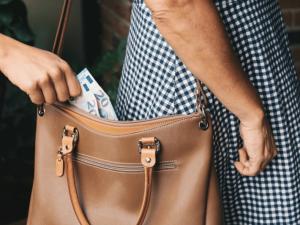 Zloděj ukradl v čekárně před ordinací v Brně z kabátu hotovost a kartu, sedmkrát s ní stihl zaplatit