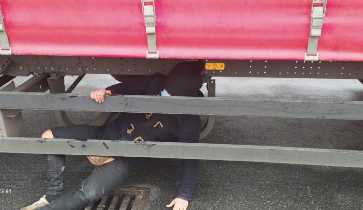 Policisté zadrželi na letišti ve Vyškově pět migrantů bez dokladů. Za poslední týden řešili už patnáct uprchlíků