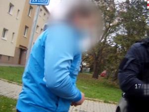 VIDEO: Policisté třikrát zastavili muže bez řidičáku, který odmítal i test na drogy. Tak mu sebrali auto