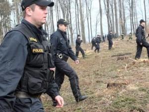 Po zmizelé ženě pátrali policisté celou noc, do akce se zapojil psovod i vrtulník. Pátrání mělo šťastný konec