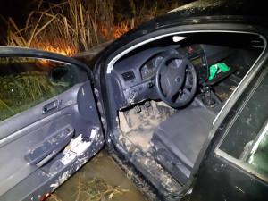 VIDEO: Hledaný kriminálník ujížděl před policisty v kradeném autě. Zběsilou honičku ukončil v bahně