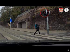 VIDEO: Mladá žena přebíhala v Brně na červenou, troubícím policistům ukázala prostředníček